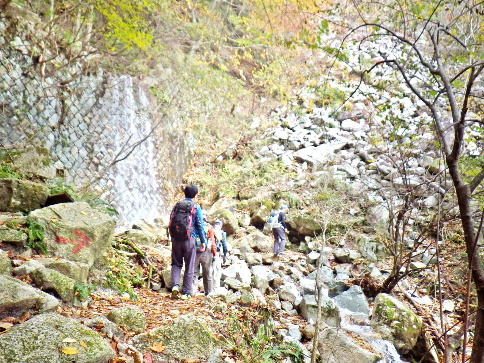 08b 渓流を渡る