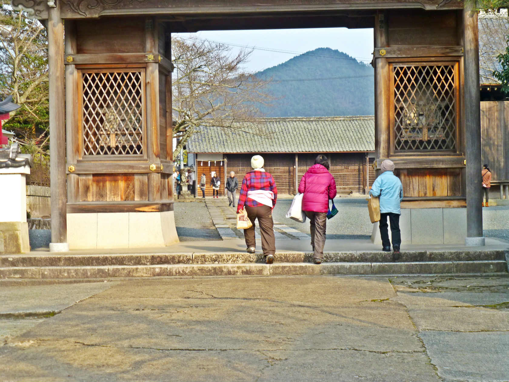 22b 春日神社の山門