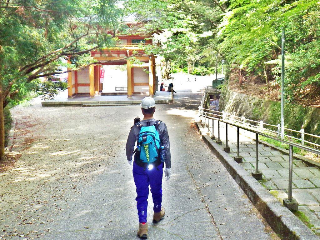 28a 大龍寺の山門へ下る
