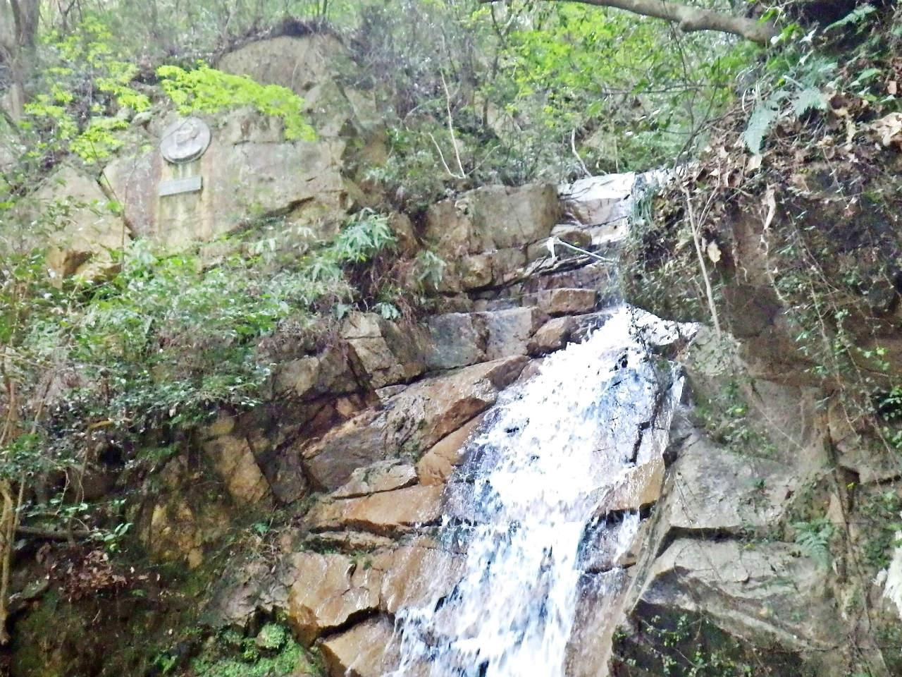 22a 滝の左上にレリーフ