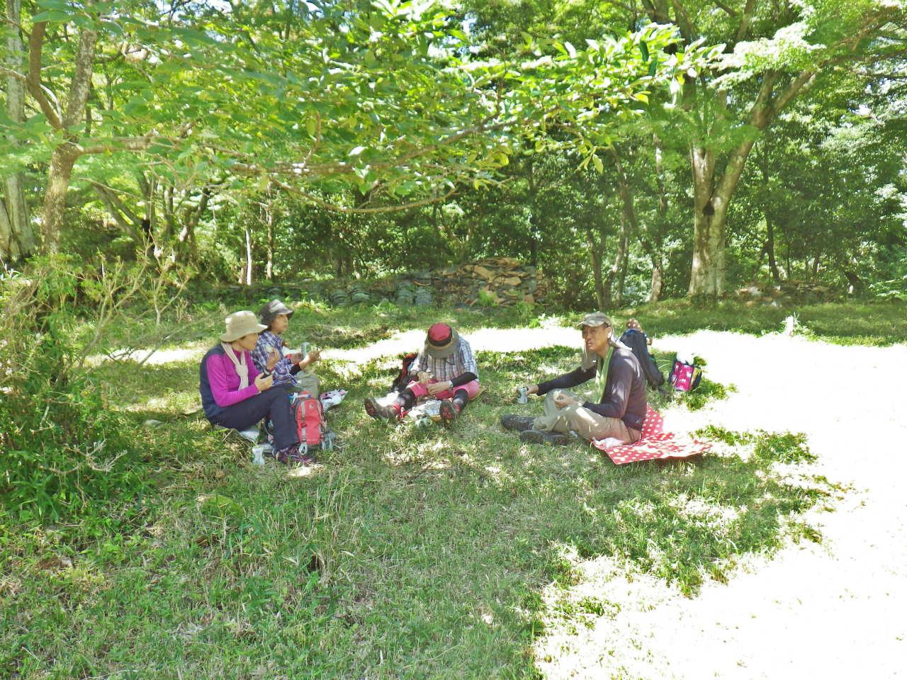 23b 本丸の木陰で昼食