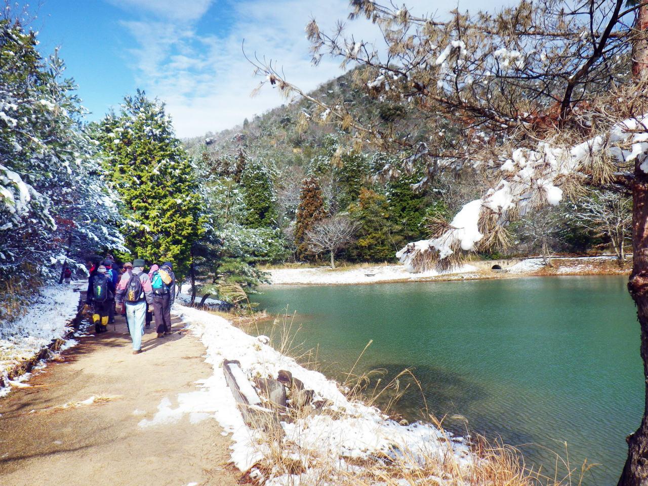 27a 池の畔を進む