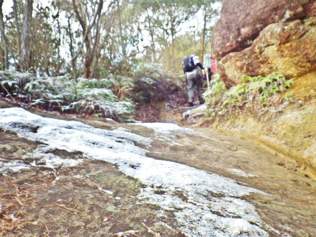 08b 凍りついた岩場