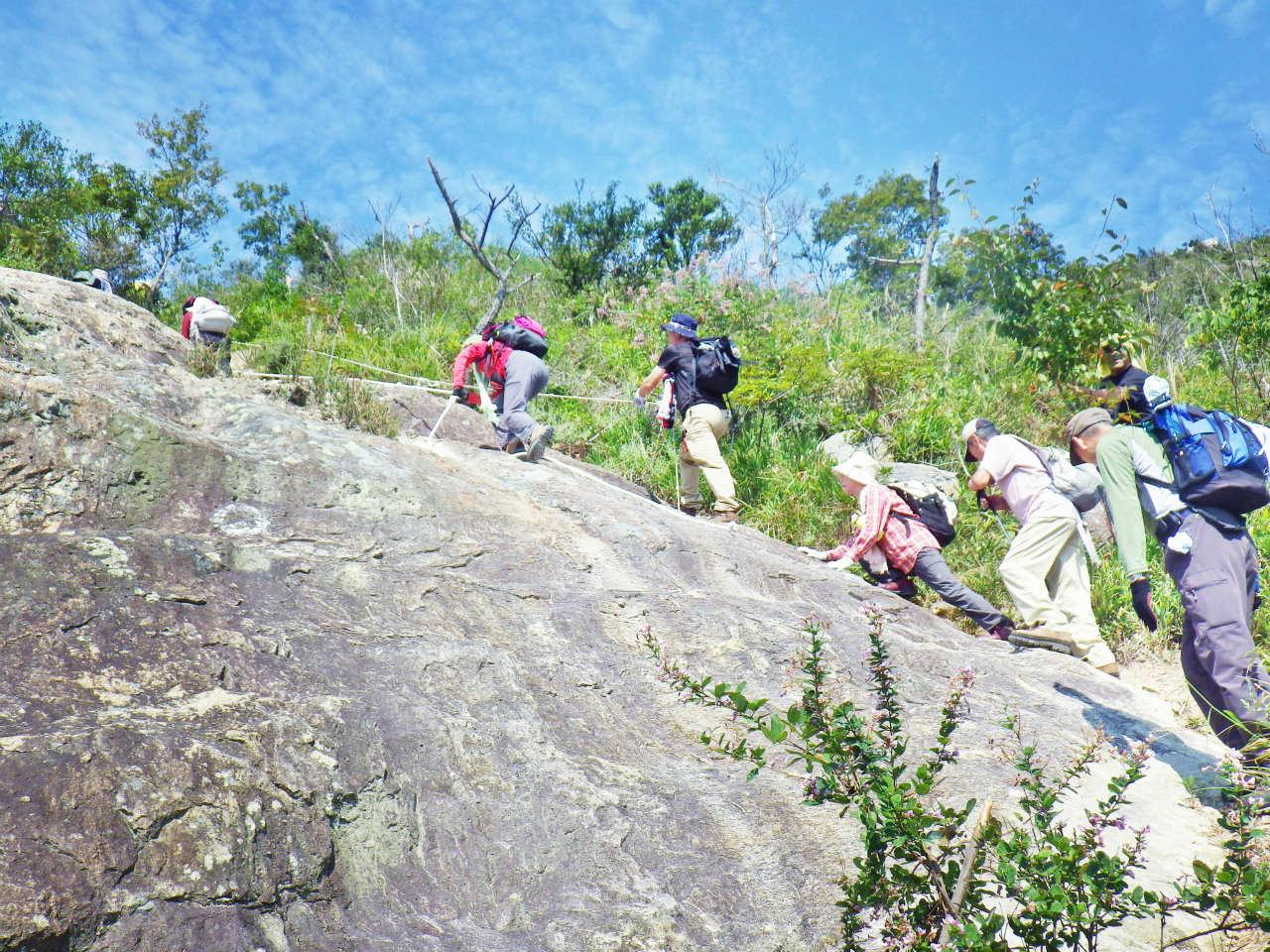 06b 岩場の斜面を登る