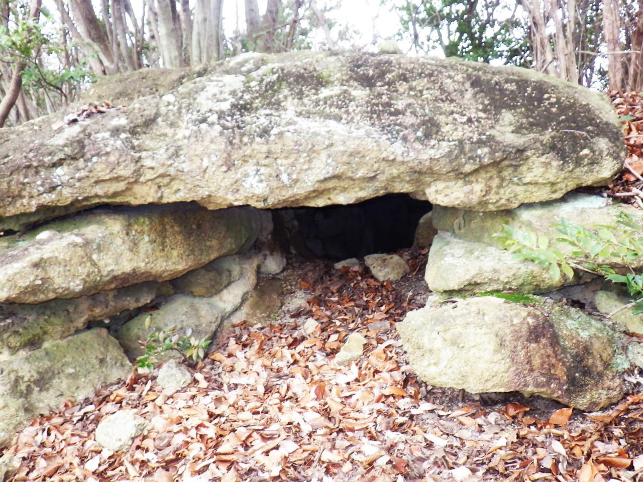 15a登山道を横断している岩穴