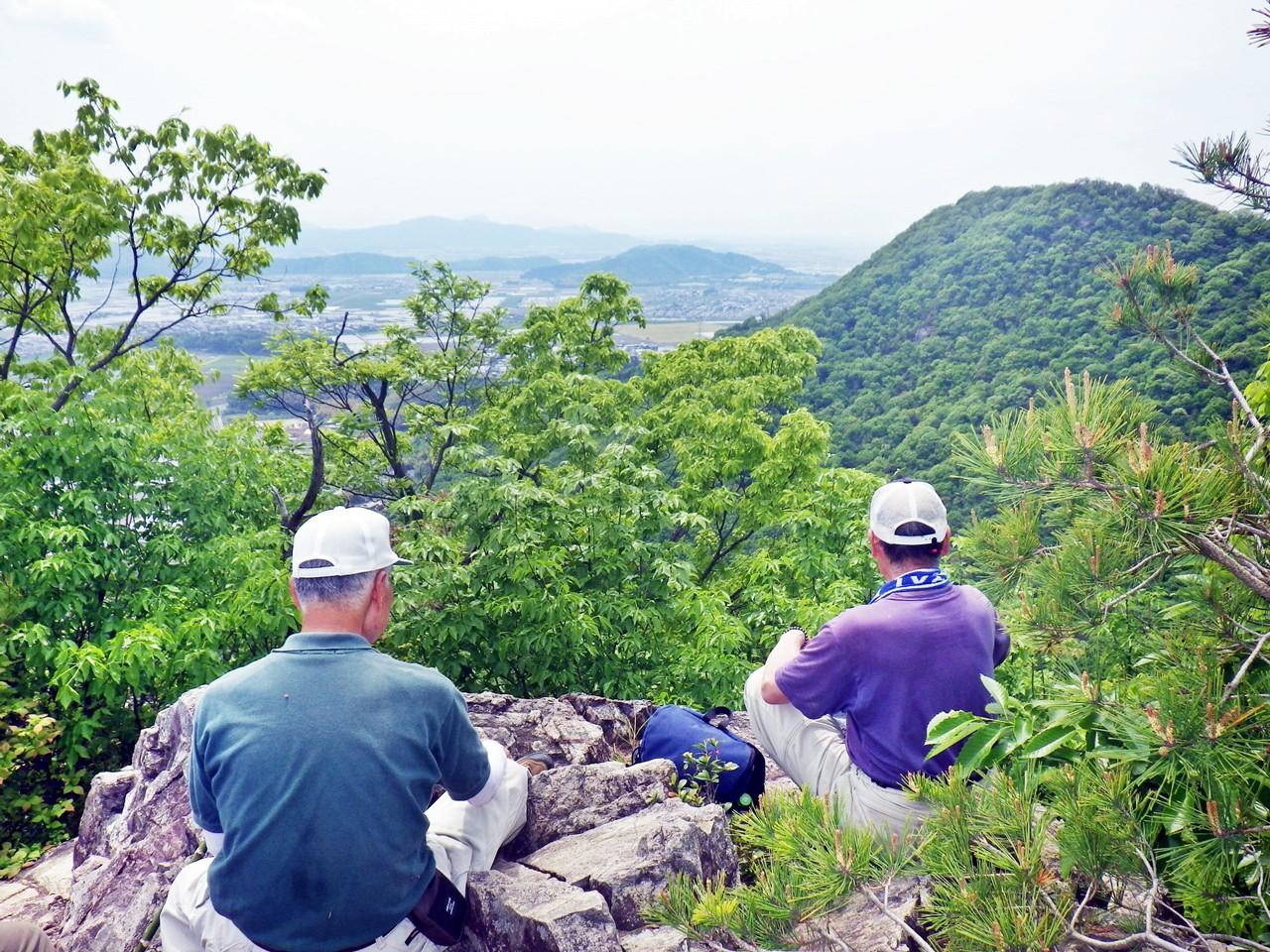 15b 太郎坊山から岩戸山を見る