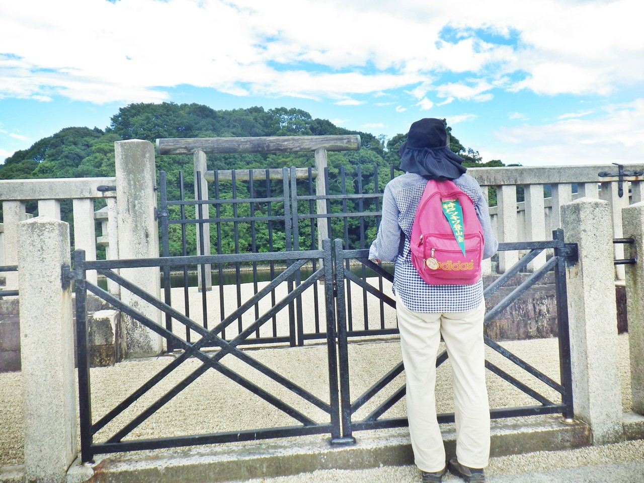 20a 拝所から古墳を眺める