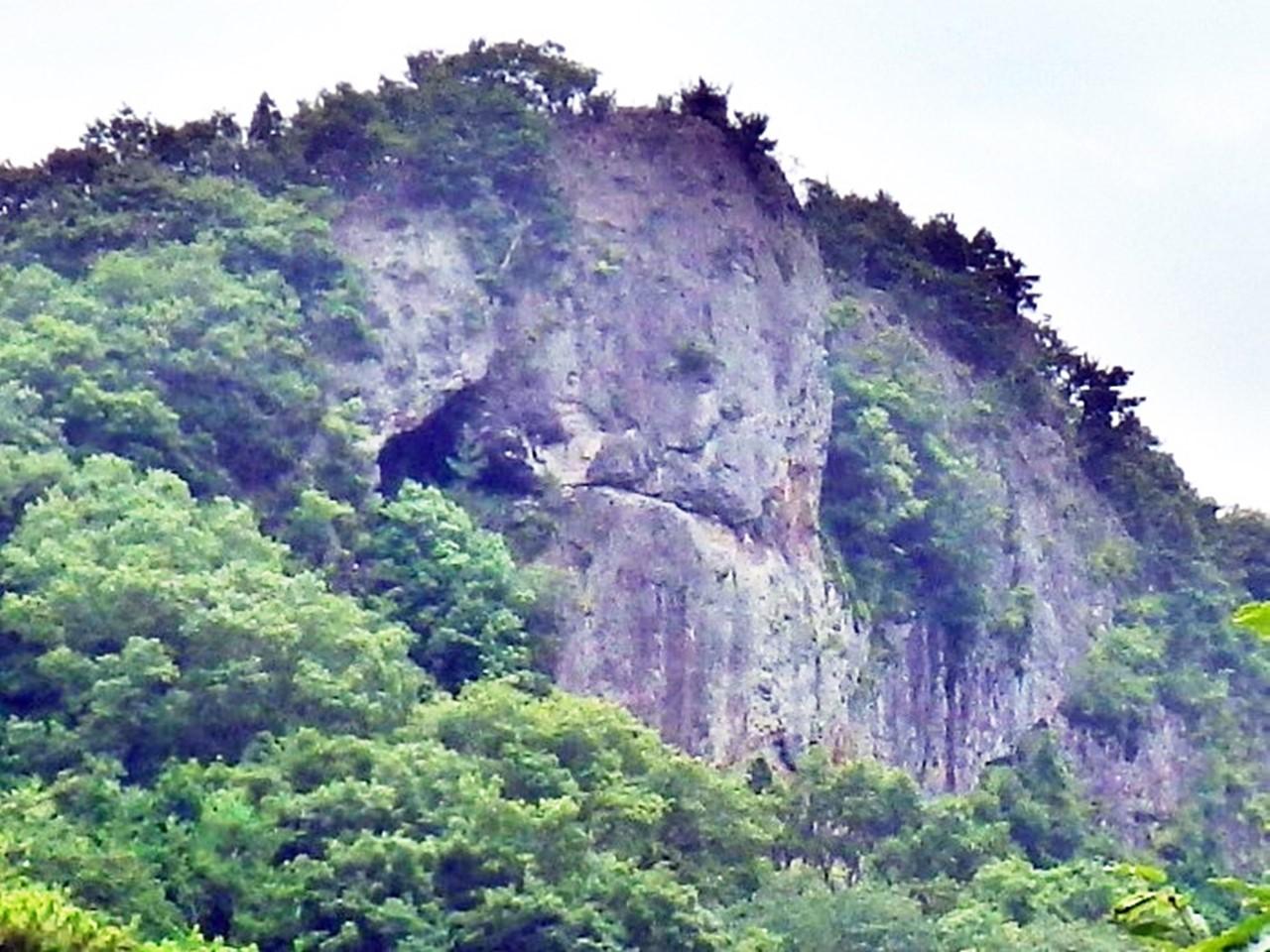 16b 神座の窟を見上げる