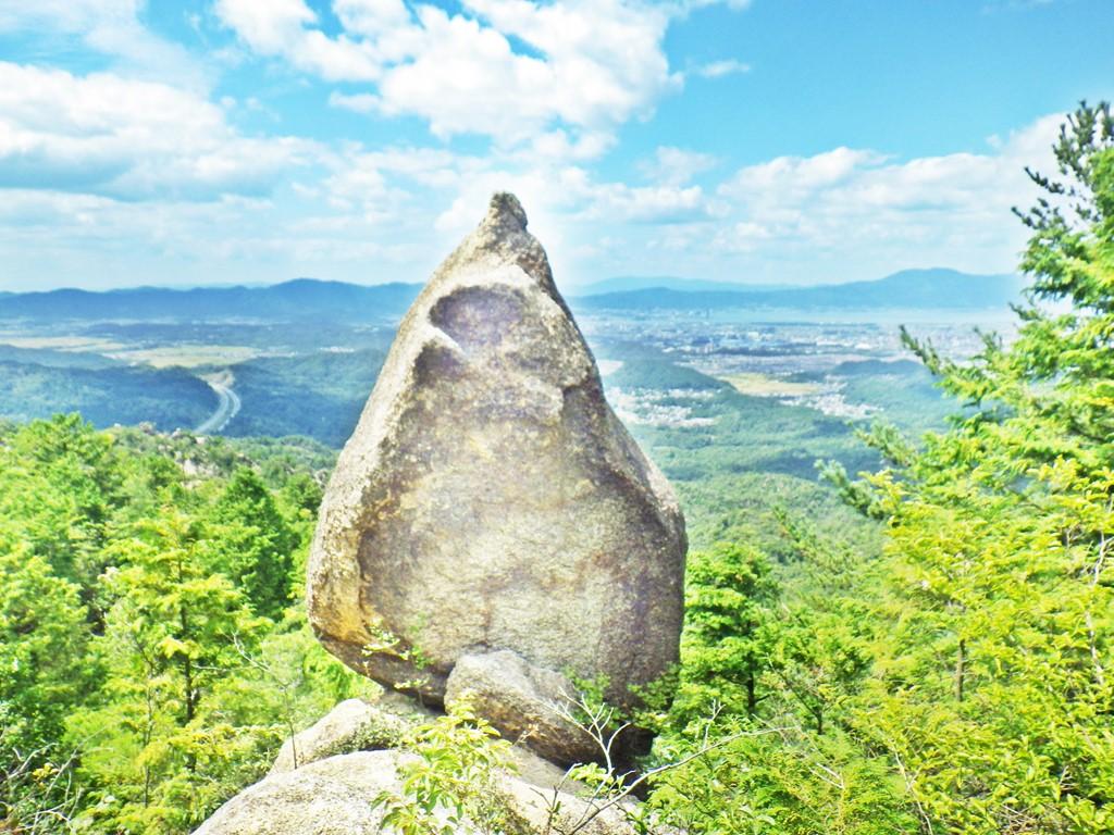 16a 縦走路に立つ巨岩