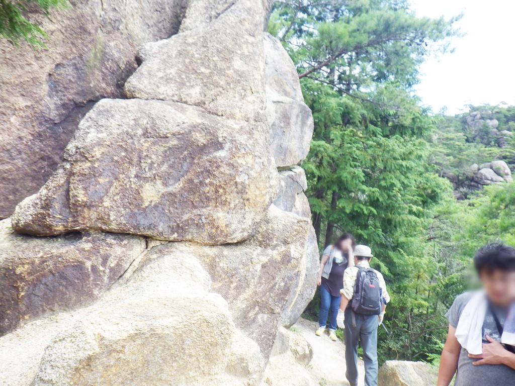 17a 巨岩の脇を通る