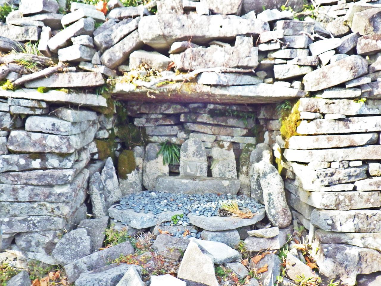 16b 烽火台にある仏の石像